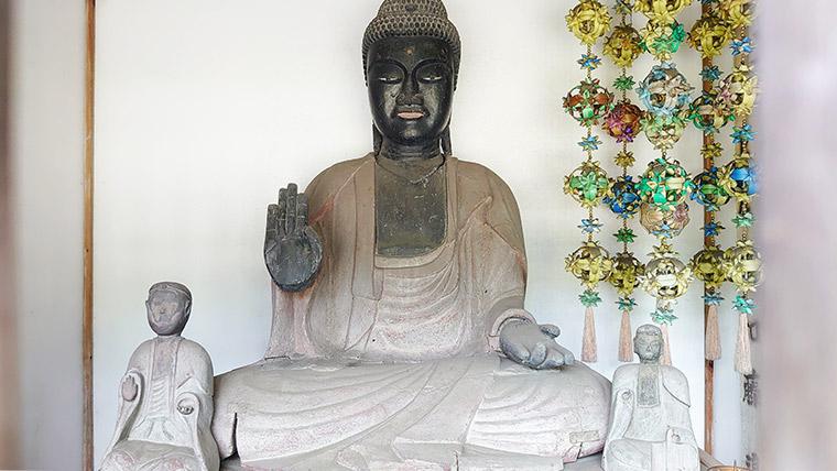 The sitting Yakushi-Nyorai at Sokudo Shrine